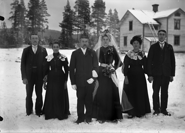 3a7e292876ac Kringla - Bröllop. Brudpar, bruden i svart klänning och vit slöja ...