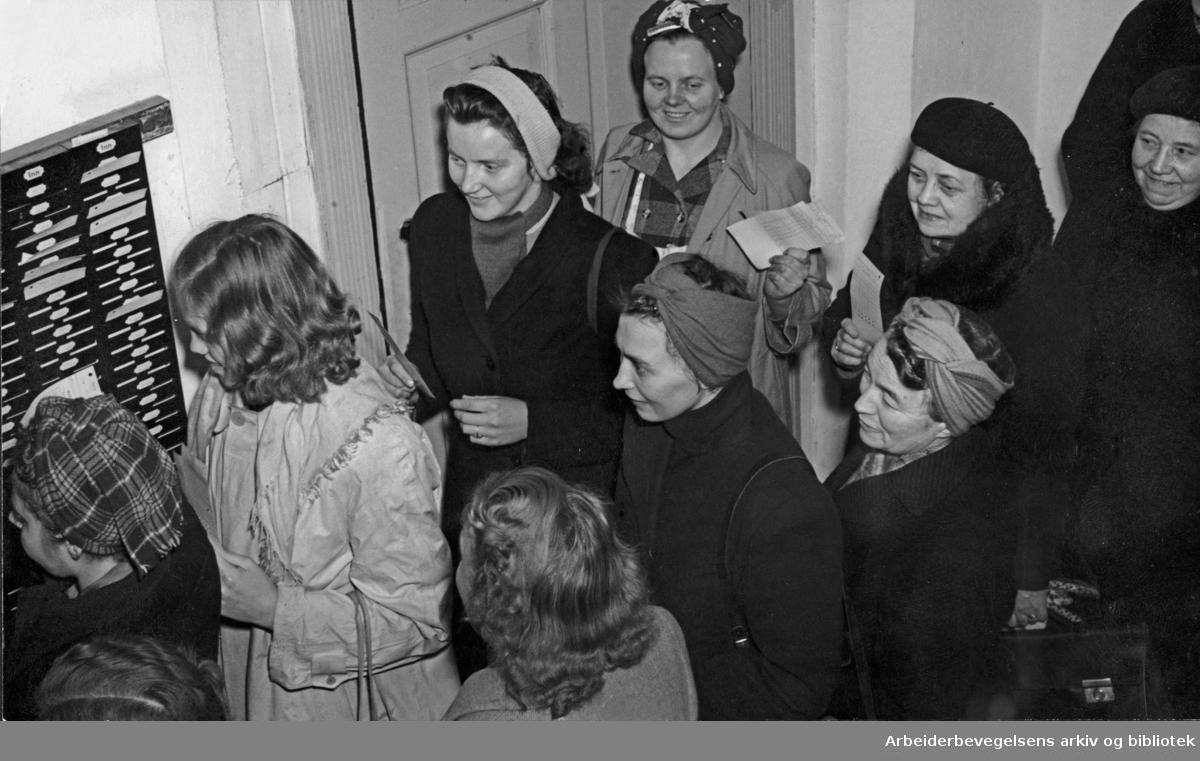 Tekstilarbeidere i kø ved stemplingsuret på Nydalen Compagnie, desember 1949. (Foto/Photo)