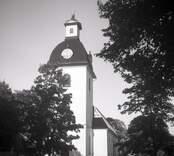 Kristdala kyrka samt dess port.