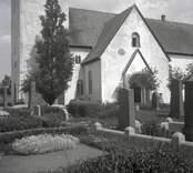 Gärdslösa kyrka med kyrkogård på Öland.