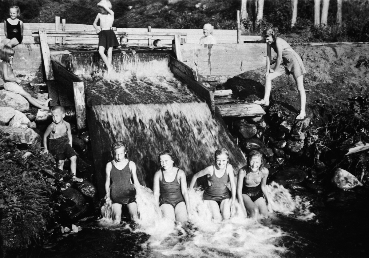 Gruppe barn bader i Kvennveita ved demning, Brumunddal, Ringsaker. (Foto/Photo)