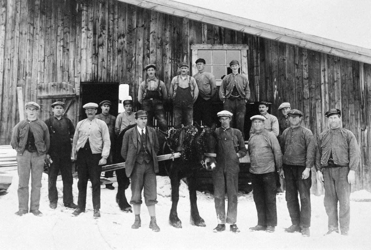Rokosjøsaga, Løten, gruppe 16, arbeidere ca 1935. F.v. Oskar Bjørnstad, Gunnar Nilsen, Johan Norsted, Johan Nordsveen, Nils Herdahl, sagbruksbestyrer Lien, Ludvik Nordvi, Mathias Østlund, Johan Nordli, Martin Finstad, Polmar Bekkelund, Ole Blystad, sagbruksformann Anton Høgholen, Einar Mogen, Oskar Østereng og Kristian Bjørnstad. Rokosjøen sag sagbruksarbeidere, hest. (Foto/Photo)