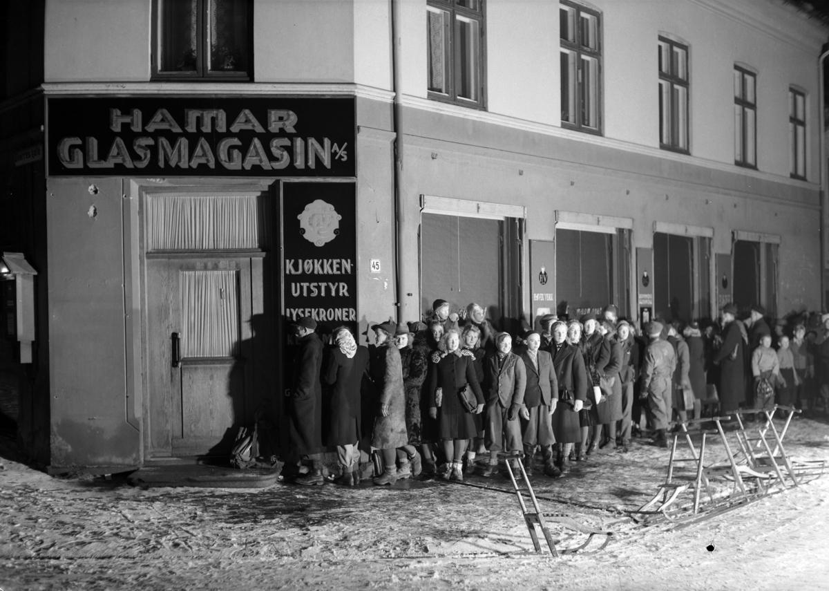 Koppekø under krigen. 23. 12. 1943. Strandgt. / Torggt. Hamar. Kl. 7 - 7. 30. Rasjonering, 2.verdenskrig, vinter, spark. (Foto/Photo)