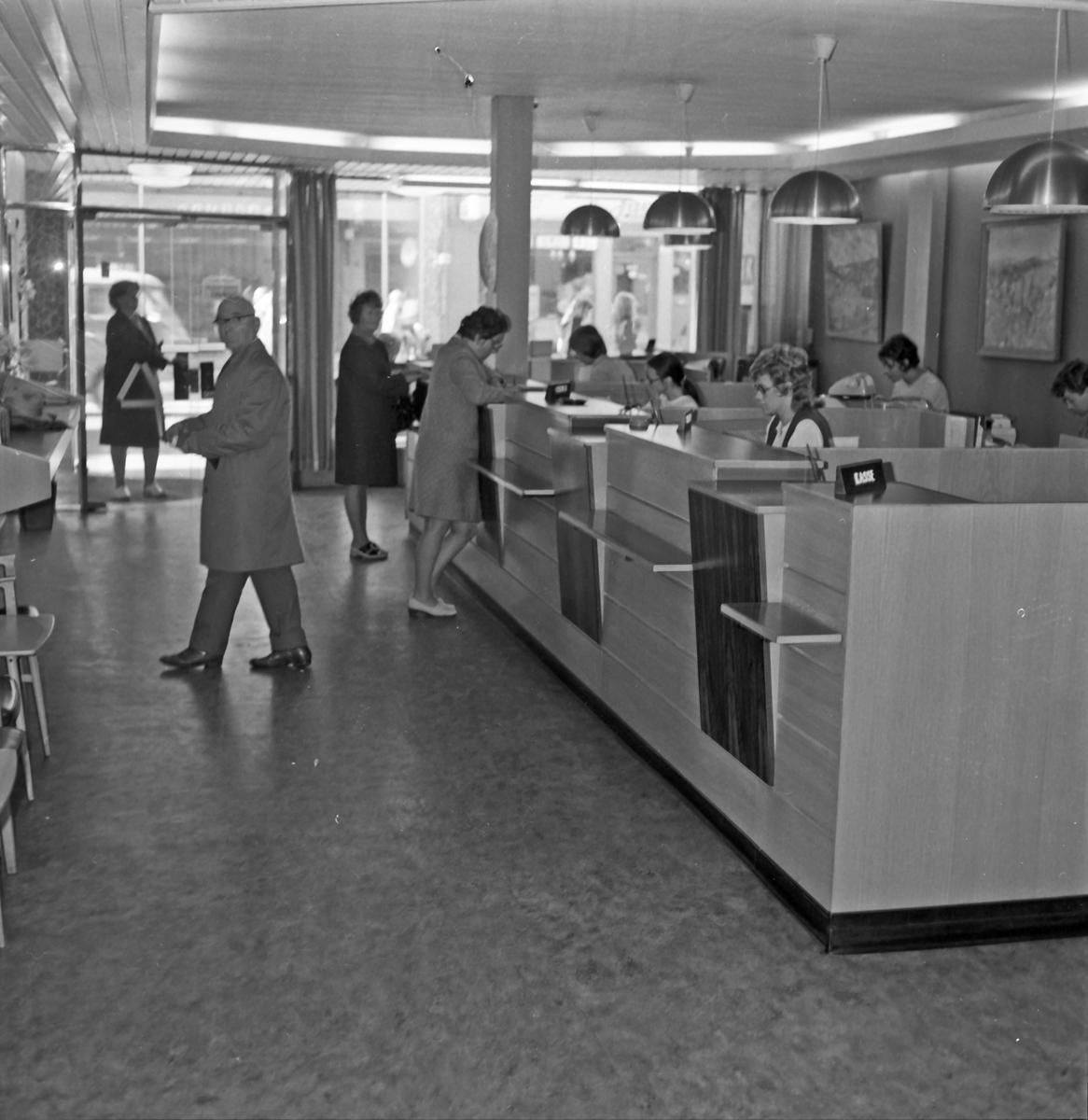 Inngangspartiet i Strandgaten. Interiør fra Strandgaten og Haraldsgaten. Publikum og ansatte. (Foto/Photo)