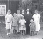 Bakre raden från vänster: Ebba Karlsson, Hanna Karlsson, Ivar Karlsson, Oskar Karlsson f. Johansson Barnen i förgrunden: Erik Karlsson, Margareta (Greta) Karlsson, Lennart Karlsson
