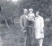 Bild ifrån Harnäs i Misterhult. Erik Oskar Andersson, f. 1902 i Gladhammar, med maka Svea, f. Söderberg 1906 i Kallsebo, Misterhult och sonen Kurt Erik Herbert f. 1928 i Harnäs, Misterhult.