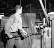 Glasblåsning på Flygsfors glasbruk. Här drivs kanten på något prydnadsglas, för att få en rund och jämn kant.