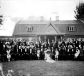 Ett grupporträtt vid en bröllopfest. Beställare: Banktjänsteman Birger Bolander ifrån Nybro.
