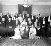 Bröllopsgäster och brudpar. Enligt Walter Olsons journal är bilden beställd av A Sampsson ifrån Alsterbro.