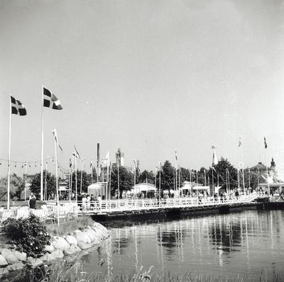 En tillfällig bro byggdes över Fredriksskanskanalen med anledning av hantverksmässan 1947.