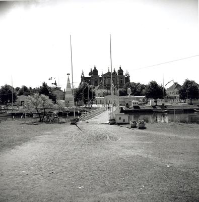 En bro över Fredriksskanskanalen som byggdes i samband med hantverksmässan 1947. I bakgrunden syns Kalmar domkyrka.