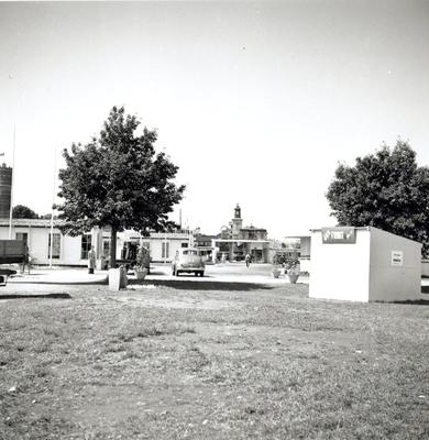 Vy från området vid Fredriksskans där hantverksmässan 1947 hölls. Till höger syns en kiosk som sålde frukt.