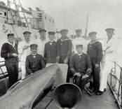 Albatross. Minsvepning utanför Oskarshamn 1916 tillsammans med tyska sjömän från Albatross. Möjligen Albatross  till vänster. Sittande mannen till höger: Hjalmar Svärdell, flaggmaskinist., Karlskrona, född 1873.