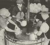 Slipning av belysningsglas.  Pukeberg eller Orrefors år 1937.