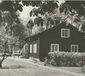 """Ett av """"Järnbrukshusen"""" från 1726. Järnhanteringen var före glaset i Orrefors."""