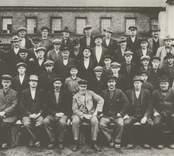 Gruppfoto av hyttarbetare vid Pukeberg, troligen 1918.