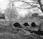 Gammal bro vid garveriet.  Garveriet till vänster.