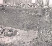 Utgrävning å hotelltomten ca 1925. Spår av husgrunder och stenläggning.