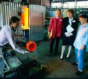 Glasblåsning i Orrefors Glasbruk, 1986-06-02  Glasblåsare driver en skål.