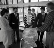 USA:s nye ambassadör Gregory Newell med fru Candilyn Jones på besök i Orrefors.