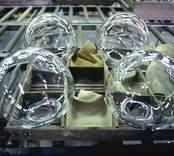 Glas vid kylröret på Orrefors Glasbruk.