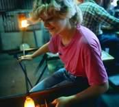 Glasblåsning vid Orrefors Glasbruk, välsning med papper.