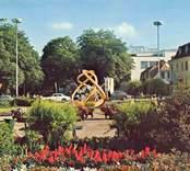"""Vykort från Nybro med skulpturen """"Glas i Centrum"""", av Vicke Lindstrand, som invigdes 1968."""