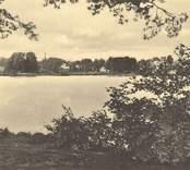 Vykort från Nybro med motiv av Linnéasjön.