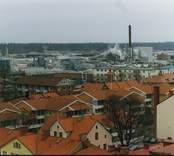 Översiktsbild över Nybro. På bilden skymtar brandstationens torn, och i bakgrunden Kährs.
