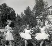 Lis-Marie och Britt-Sofie Hellberg, framför huset, 1954.