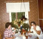 Bilder från fastigheten Tickan 5 på Hallandsgatan, Elsa Pettersson och släkting från USA på besök (Francie) 1982
