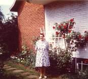 Bilder från fastigheten Tickan 5 på Hallandsgatan, Nybro. Elsa Petterssons syster Signe Andersson framför huset 1978