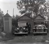 Bilden tagen framför Valter Johanssons (Staaf) garage i Emmekalv, Påskallavik.  Valter Johansson står framför den nyinköpta Volvo-bilen till vänster. Vid Buicken står Johanssons chaufför Hans Andersson - Hasse på Lidnäs - som sedermera flyttade till Mörlunda.  Valter Johansson är född och uppväxt i Solstadström. Han och makan Elly bor sedan 1980 i Borgholm.