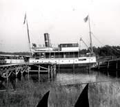 Blankaholms hamn. s/s Jarl av Oskarshamn vid den s k Englandsbryggan i Blankaholm. Jarl gick i reguljär kustfart efter Kalmar länskusten under 1920- och 30-talen.  Utlastningen av trävaroro från Solstadströms Sågverk skedde från Stora Kajen i Solstadström (seKE1117).  Trävarorna från Solstadström såldes till uteslutande del på export till England.