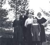 Fru Augusta Nilsson fotograferad tillsammans med barnen, fr.v.: Karl, Einar, Tekla och Linnéa g. Johansson.