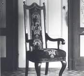 Stolen inköpt på en auktion i Kristdala i början av 1930-talet. Stolen är tillverkad i slutet av 1700 - början av 1800-talet. En mycket sittriktig och stabil stol fogad med tappar och dymlingar. Har drag av rokoko, men torde vara ett bondesnickeri. Förg: svart med gulddekoration. Rygg-och sittklädsel broderad. Stolen var 1982 placerad i sommarstugan Paradiset, Mörtfors badanstalt.