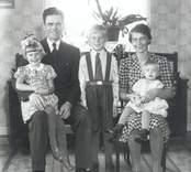 Karl-Gunnar Nilsson med maka Ebba Gördis Maria, sonen Karl Sören samt döttrarna Haga Maria gift Westin samt Gudrun Gördis Kristina gift Vikland.