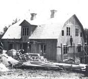 Strömsgården i Solstadström under byggnad. Frontespisen ändrades senare till balkong varvid mittersta fönstret ersattes med dörr. Vid gaveln på ställningen ses Torsten Johansson.