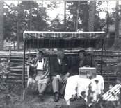 Sommargäster vid Mörtfors Badanstalt, i Axebo-stugan.  Till vänster Ida Israelsson, Linköping, tillsammans med två till namnet okända Linköpingsbor.  Obs! Reseradion.