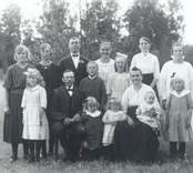 Makarna Karl och Alma Johansson fotograferade tillsammans med sina 13 barn.