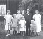 Familjen Karlsson i Höghult, Misterhult.  Makarna Oskar och Hanna Karlsson med barnen, fr.v.: Ebba, Ivar, Agnes g. Johansson, Erik, Margareta och Lennart.