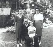 Familjen Hultqvist i Tribbhult. Albert Hultqvist, född 1873-09-29 död 1949-05-21. Ester Hultqvist, född 1884-02-29 död 1976-11-06. T.v. Magda Hultqvist, född 1910-07-22.  Karin Hultqvist, född 1915-04-30 gift Jarkman. Västervik. I Alberts knä, sommarflickan Siv från Stockholm, som under flera år på 1940-talet gästade Tribbhult.