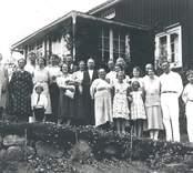 Karlstad ligger vid Slissjöns östra ände på vägen mellan Mörtfors och Tuna. Makarna Halldéns barn med familjer på besök från Stockholm.  1. Alma Svensson, f. 1900, Karlstad, dotter till 8-9, syster 2. 2. Alma Pettersson f. 1889, Nytorp, make 6, barn 21, syster1 6. Karl Pettersspn, f. 1887, Nytorp, maka 2, barn 21. 8. Halldén, Karlstad, gift med 9. Augusta, barn 1 o 2. 22 Nils (Karlsson) Ramnesjö, Oskarshamn, son till nr. 2 och 6.