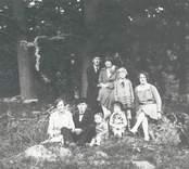 Grupporträtt av en familj i Mörtfors.