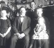 Misterhult, Gamla sockenstugan  Efraim Johansson med familj.  Efraim Johansson, f. 1886.02.01, d. 1966.01.20 med maka Dalia, f. 1886.05.27, d. 1957.12.19  samt barnen: Rut f. 1915.01.05, g. Svensson                      Gustav, f. 1908                       Sara, f. 1922.07.19, g. Svensson