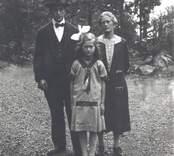 Makarna Oskar och Elsa Dahlkvist med dotter Gertrud.  Oskar Dahlkvist f. 1890? Elsa Dahlkvist f. Andersson 1898.05.07, d. 1972.07.22. Gertrud f. 1918.03.14, gift Ahl.