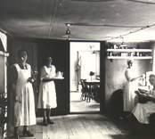 I Badrestaurangens kök. Till vänster Valborg Molin och stående vid fönstret Agda Thunberg.  De två andra damerna okända till namnen.  Obs! Köksinteriören samt armaturerna i taket.