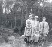 Stående från vänster: Gunhild Sjökvist, g. Nilsson, dotter till Ellen Sjöqvist och till höger andra dottern Linnéa Sjökvist.  I förgrunden Ellens son Veiner samt dottersonen Bertil.