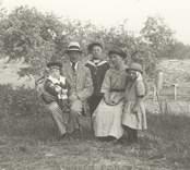 Familjen Albin och Valborg Karlsson med barn.