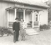 Kyrkoadjunkt Helge Jarkman, född 1911-05-27 Hustrun Karin född 1915-04-15 samt dottern Birgitta 1947-10-08 Fotograferade utanför adjunktbostaden i Misterhult.